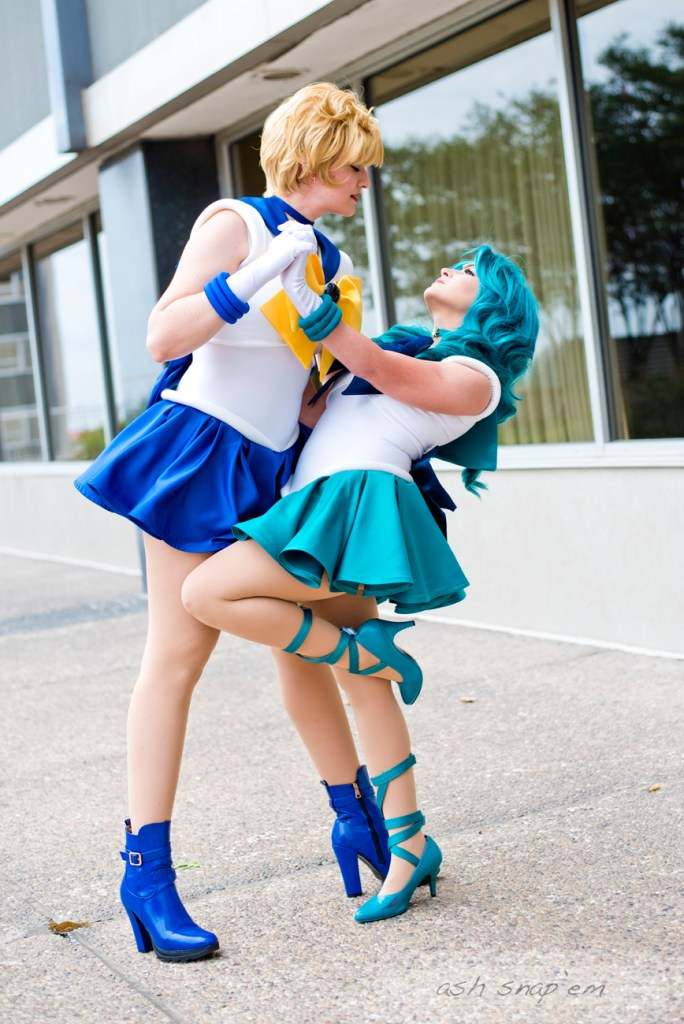 Cosplayer Storie Tellers dips fellow cosplayer 10th Muse in a romantic pose: they are dressed as Sailor Uranus and Sailor Neptune.