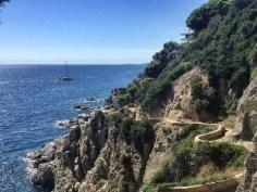 Gut ausgebaut schlängelt sich der Küstenwanderweg in Richtung Lloret de Mar