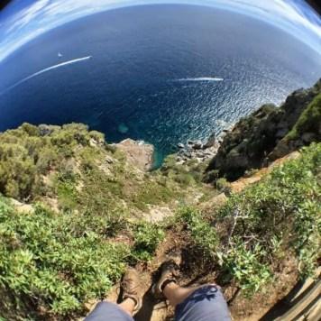 """Ein kurzes Stück Steilküste beim Aussichtspunkt an der """"Ermita de Sant Sebastià"""""""
