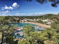 Blick auf den hübschen Küstenort Llafranc