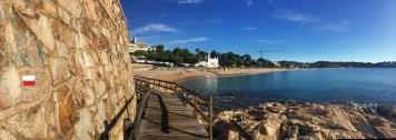 Der Strand von Sant Pol bei S'Agaró: auch hier wird auf dem GR-92 nicht an rot-weißer Wegmarkierung gespart