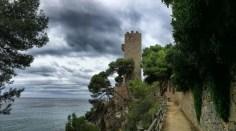 """Ab Palamós wandern wir zunächst für einige Kilometer auf der Strandpromenade. Hinter dem Turm """"Torre Valentina"""" beginnt wieder ein wilderes Stück Küste."""
