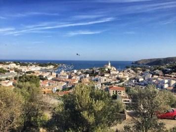 Kurz vor dem Ziel von Etappe 2: Cadaqués mit seinen weißen Häusern und Booten