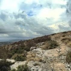 """Unwirklich thront das """"Castell del Montgrí"""" auf seinem Hügel und lenkt vom Panoramablick über die Küstenlinie ab."""