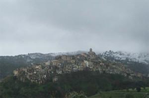 badolato borgo con sfondo neve