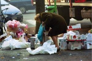 15-anziana-cerca-negli-scarti-del-mercatino