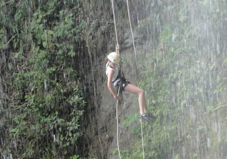 Waterfall-Rappelling-in-costa rica