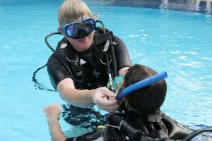 dive-instructor-assisting