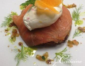 Galette de pomme de terre, saumon fumé et crème aigrelette