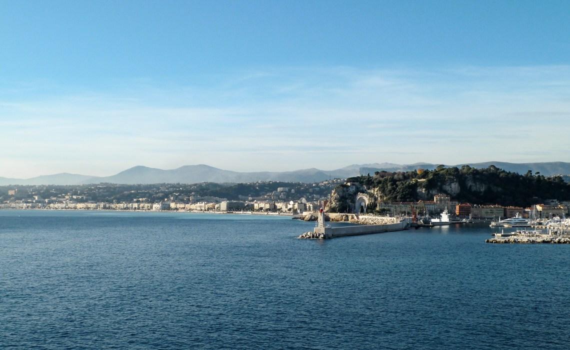 im Vordergrund die Hafeneinfahrt und dahinter die Küste - traumhaft