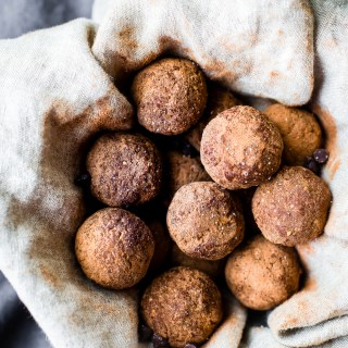 Chewy Energy Bites quick to make in your blender! Dark chocolate energy bites recipe with 5 ingredients, sweet, delicious! Paleo, Vegan, & Whole 30 friendly