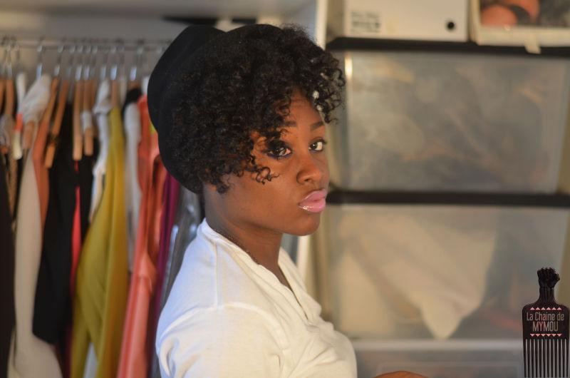 chapeau et frange bouclée sur cheveux crépus