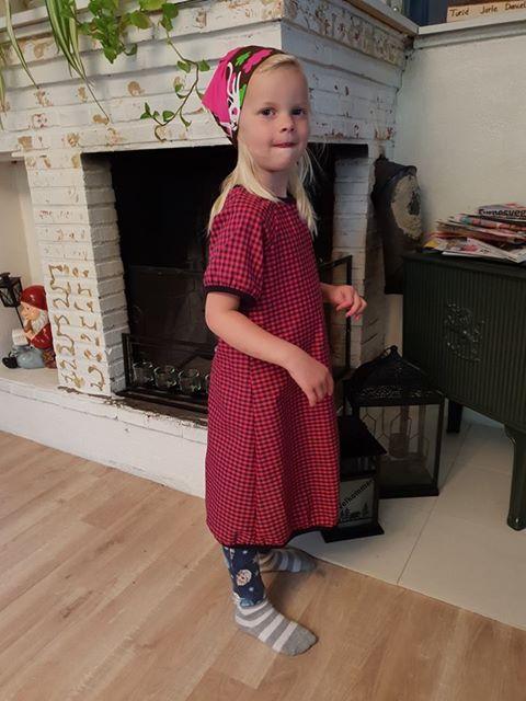 Barnekjole i skjortestoff med ruter rød/svart