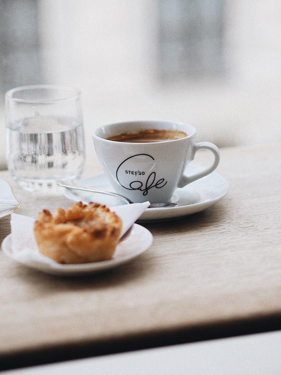 Kaffee trinken mit Blick auf die Residenz in München ...