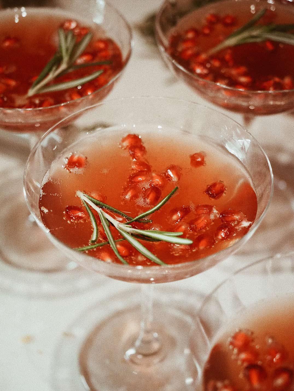 winter_aperitif_champagnercocktail_rezept_gluehweinsirup_rosmarin