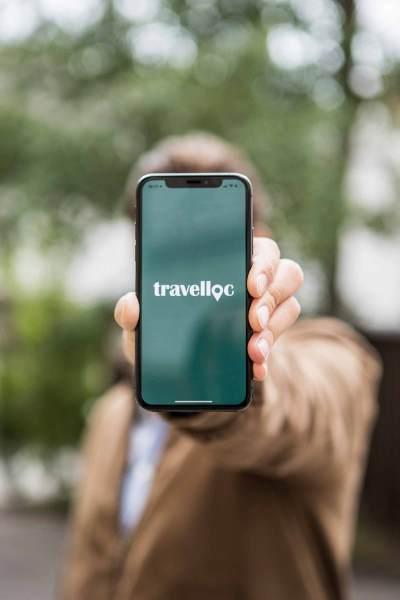 1.1_travelloc_action-shot_logo_kl