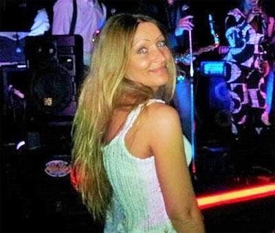 femme célibataire en soirée parisienne