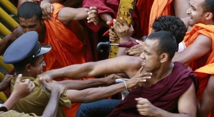 Sri-Lankan-Buddhist-monks-battling-the-police