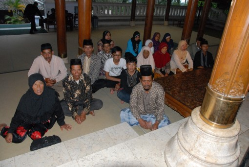 praying in front of Suharto tomb copy 2