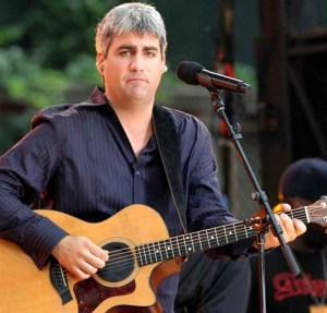 Taylor Hicks trying his hand at country music