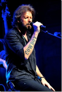 Ronnie Dunn blazing live performance sets Franklin theater on fire