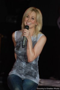 Kellie Pickler entertains like she's been doing it forever