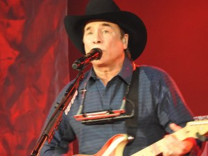 Clint Black shows fans at the Appalachian Fair how its done!