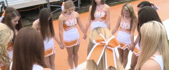 Oneida Cheerleaders Praying (Photo: Huffington Post)