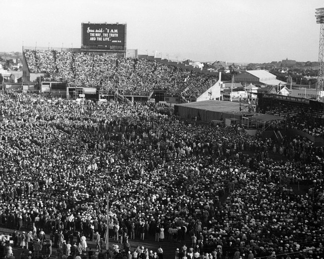 Crowd in Melbourne, Australia in 1959 during Billy Graham Crusade - Franklin Graham Announces 2019 Tour of Australia on 60th Anniversary of His Father's Historic Events