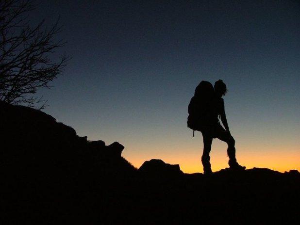 photo randonneur au coucher du soleil