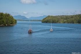 Bateaux de pêches et voiliers en plein passage intérieur