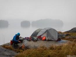 Réveil brumeux et humide. Réanimer le feu dès la sortie de la tente pour se réchauffer est une étape primordiale pour bien débuter une journée.