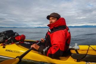 Pendant les longues traversée, même par temps calme nous essayons de rester proche l'un de l'autre en cas de chavirage impromptu. Les traversées pouvant durer plusieurs heures, on s'accorde des petites pauses en milieu de l'eau en collant nos kayaks, l'occassion de manger une petite collation