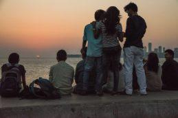 Jeunes regardant le soleil couchant à Mumbai