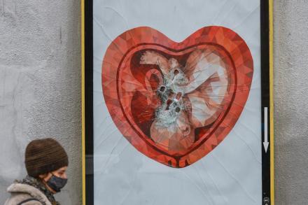 """Une affiche de la campagne anti-avortement de la fondation""""Nos enfants"""", à Cracovie, le 9 décembre 2020.L'autrice du dessin,Ekaterina Glazkova,s'est désolidarisée de l'utilisation faite de son travail. Artur Widak/NurPhoto"""