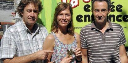 le-bronze-de-la-chauve-souris-dans-les-mains-de-sophie