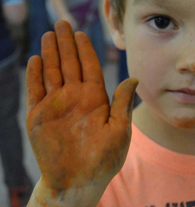 gestes-peintures-rupestres-ateliers-enfants-caverne-pont-arc