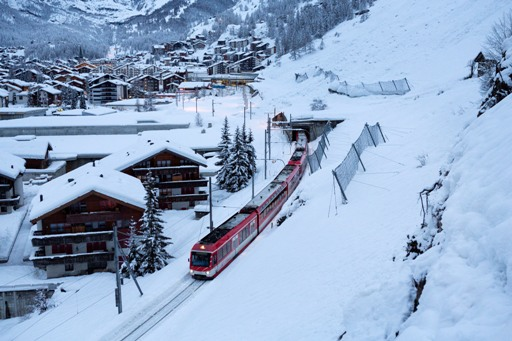 13000 tourists stranded in Swiss resort town due to avalanche risk