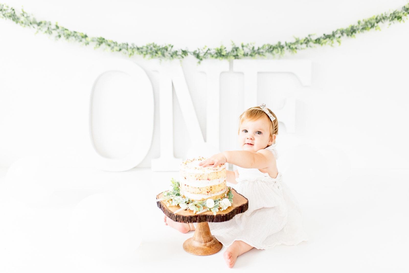 How to DIY a cake smash with simple, white decorations for boys and girls