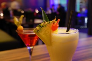 Abends ein Cocktail an der Bar