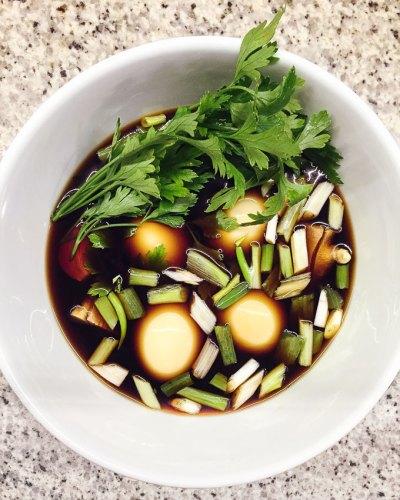 Ovos marinando para sopa japonesa Shoyu Lamen | Cozinha do João