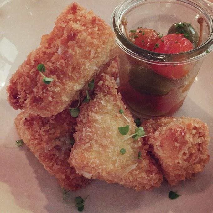 No Brace, comi uma receita napolitana com mussarela, aliche e manjericão.