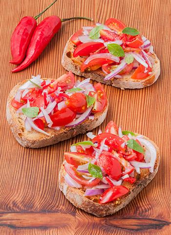Bruschetta de tomate, cebola, pimenta e manjericão | Cozinha do João