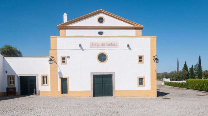 Adega Cartuxa produz ótimos vinhos alentejanos e é localizada em Évora | Cozinha do João