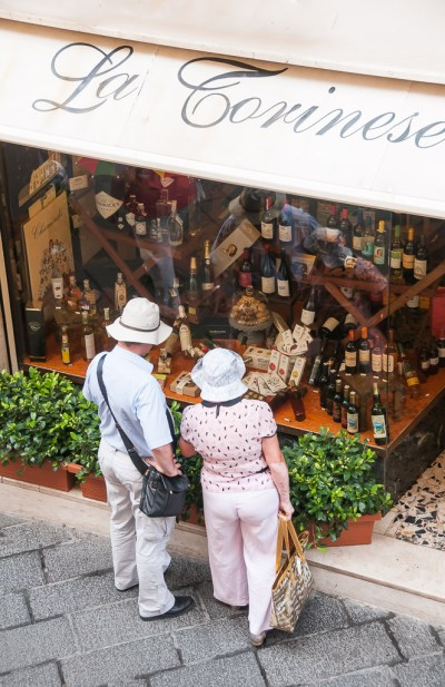 Loja de queijos e vinhos na viagem para Sicília, na Itália: Taormina | Cozinha do João