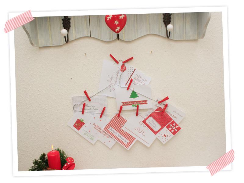 Tolle Upcycling Idee für Selbermacher. Ausrangierter Drahtkleiderbügel als Postkartenhalter (geht auch für Fotos), in hübscher Weihnachtsdeko im Flur.