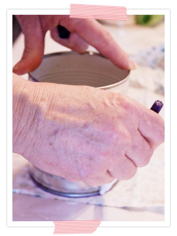Als erstes die Dose auf die linke Seite des vorbereiteten Stoffes legen und die Kontor mit Malerkreide oder einen Prym-Stift nachzeichnen