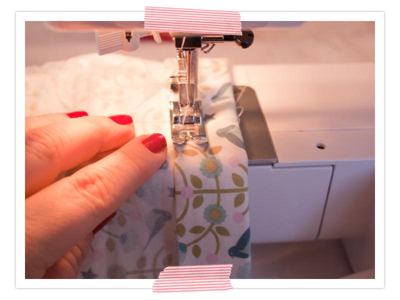 Zum Nähen am Besten die Auflage der Nähmaschine entfernen und auf der schmalen Vorrichtung für Hosenbeine nähen.