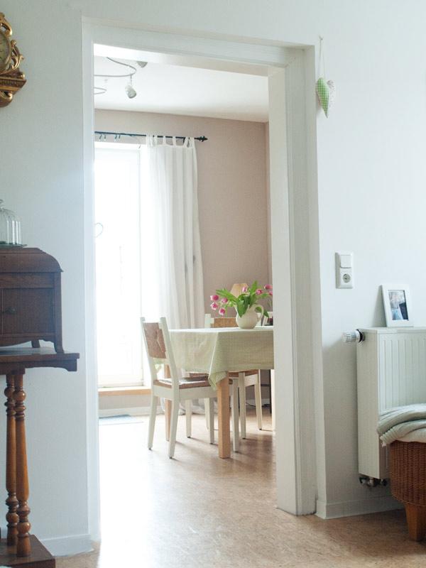 Blick ins Eßzimmer mit Tür in den Garten