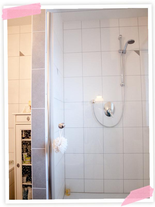 Den Tag mit einer Dusche begonnen
